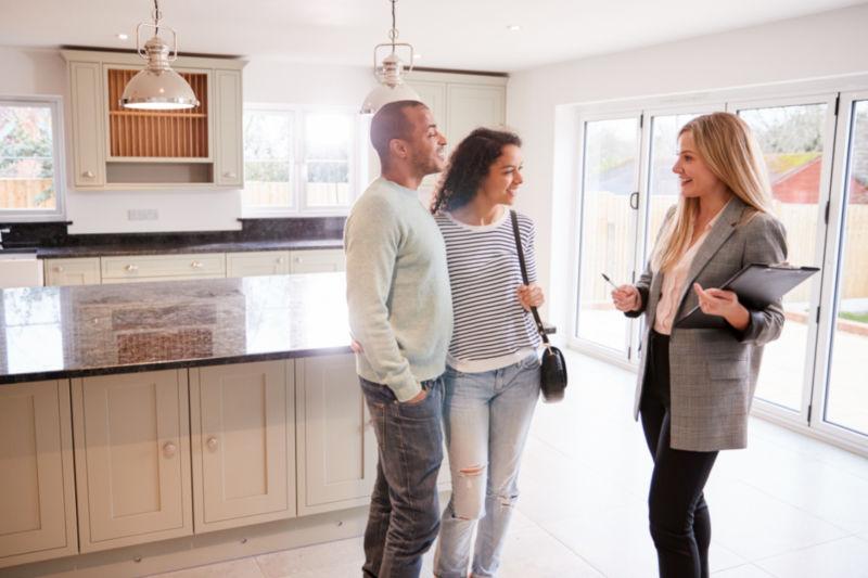 een huis bezichtigen met een aankoopmakelaar