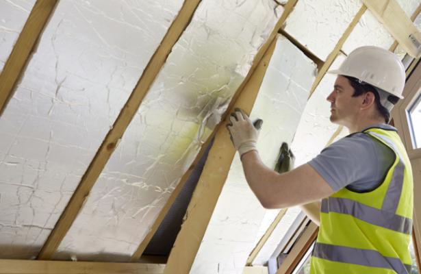 isolatiefolie monteren aan het dak van je huis